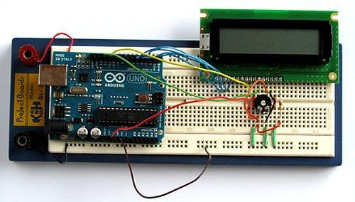 El circuito de Arduino LCD terminado en placa de pruebas.